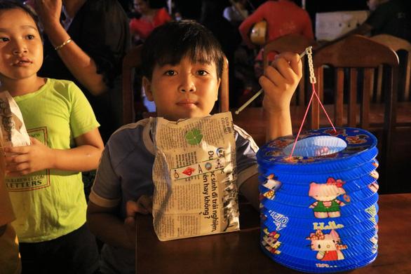 Bánh kẹo Trung thu trong túi giấy tự gấp tặng các em - Ảnh 5.