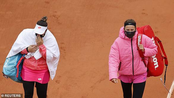 Azarenka tự ý rời sân 45 phút ở Roland Garros vì…. lạnh - Ảnh 2.