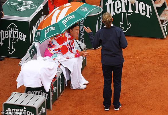 Azarenka tự ý rời sân 45 phút ở Roland Garros vì…. lạnh - Ảnh 1.