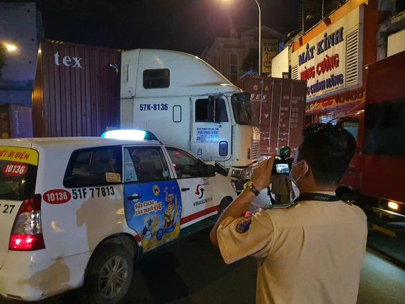 Xe container mất lái húc dải phân cách, gây tai nạn liên hoàn gần chợ Bà Chiểu - Ảnh 2.