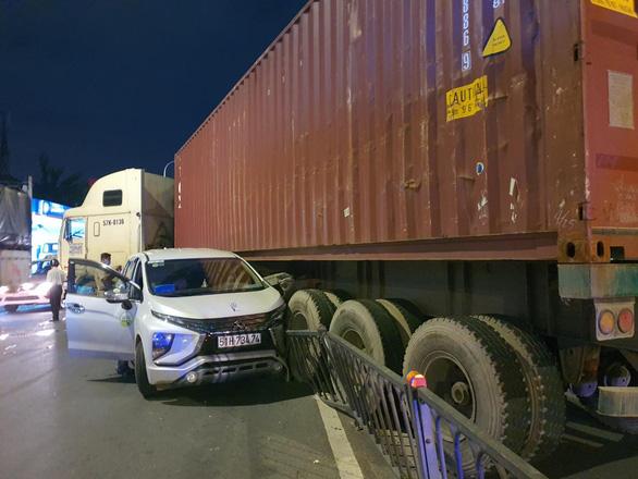 Xe container mất lái húc dải phân cách, gây tai nạn liên hoàn gần chợ Bà Chiểu - Ảnh 1.