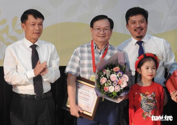 Con trai 12 tuổi của Nguyễn Ngọc Tư nhận giải thưởng văn chương Khát vọng Dế mèn - Ảnh 2.
