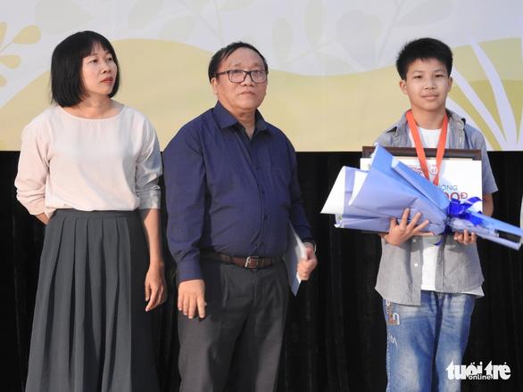 Con trai 12 tuổi của Nguyễn Ngọc Tư nhận giải thưởng văn chương Khát vọng Dế mèn - Ảnh 1.
