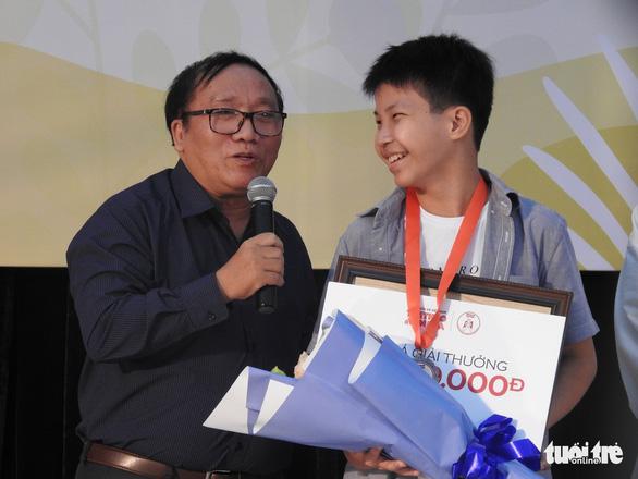Con trai 12 tuổi của Nguyễn Ngọc Tư nhận giải thưởng văn chương Khát vọng Dế mèn - Ảnh 4.