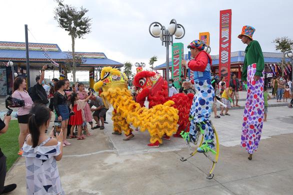 Biểu tượng Sóc Bombo nổi bật tại khu kinh tế đêm Phú Thiên Kim - Ảnh 4.