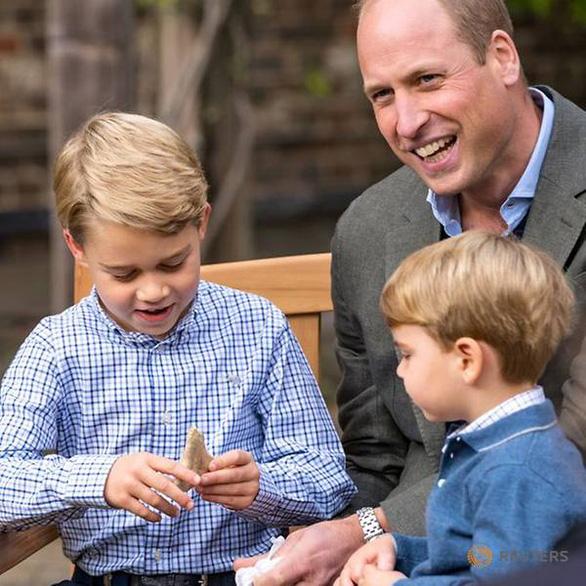 Hoàng tử bé nước Anh bị đòi lại răng cá mập 3 triệu năm - Ảnh 1.
