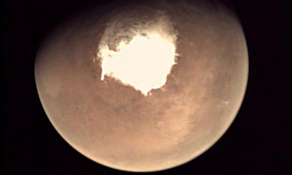 Phát hiện nhiều ao nước mặn bị vùi lấp dưới lớp băng sao Hỏa - Ảnh 1.