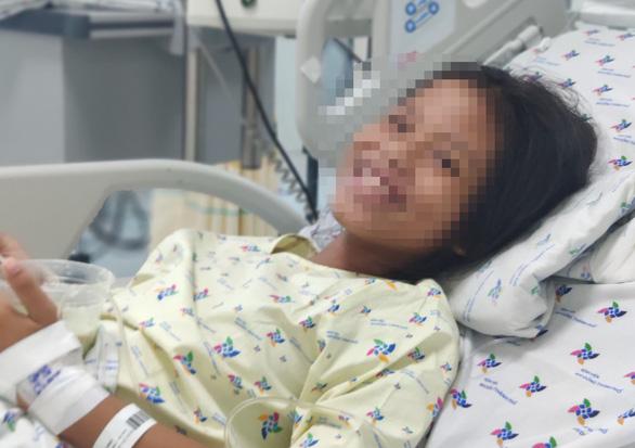 Bé gái 11 tuổi uống thuốc ngủ vì ba mẹ thương em hơn con, bạn trong lớp chê bai - Ảnh 1.