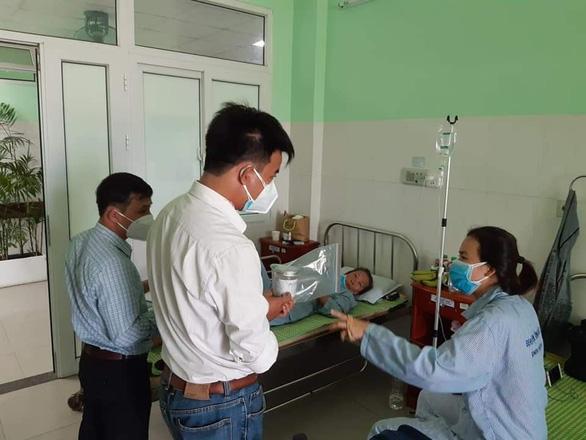 Ba người dân Quảng Nam nhập viện sau khi ăn bánh mì kẹp patê Minh Chay - Ảnh 1.