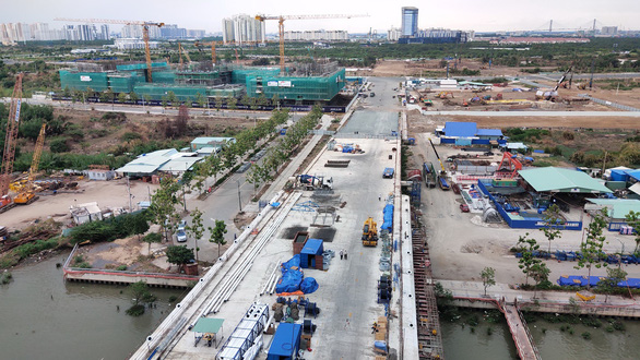 Cầu Thủ Thiêm 2 chơ vơ giữa sông Sài Gòn do vướng giải tỏa - Ảnh 2.