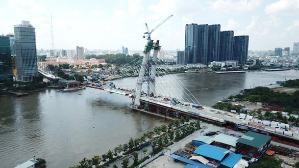 Cầu Thủ Thiêm 2 chơ vơ giữa sông Sài Gòn do vướng giải tỏa - Ảnh 1.