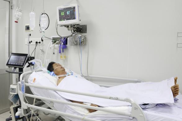 Bệnh nhân ngộ độc pate Minh Chay tại Bệnh viện Chợ Rẫy... sụp mi mắt hoàn toàn - Ảnh 1.