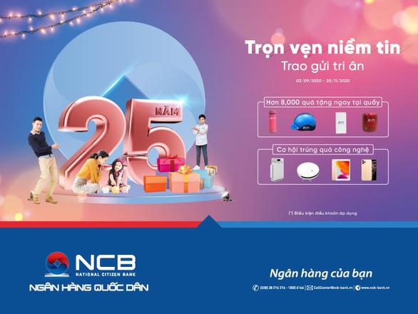 NCB tặng quà cho khách gửi tiền nhân dịp sinh nhật 25 năm - Ảnh 1.