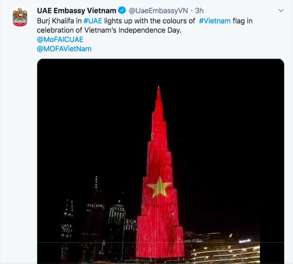 Quốc kỳ Việt Nam nổi bật trên tòa nhà cao nhất thế giới ở Dubai