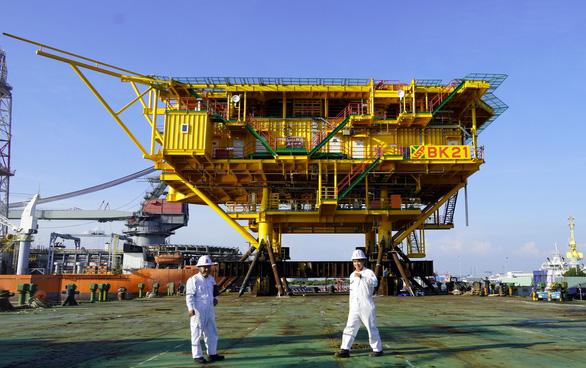 Vietsovpetro hạ thủy khối thượng tầng giàn khoan nặng gần 900 tấn - Ảnh 1.