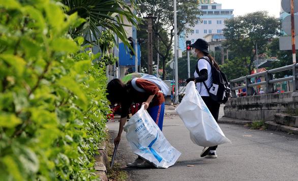 Theo chân bạn trẻ Sài Gòn ngày dọn rác, đêm đi phát quà Trung thu - Ảnh 1.