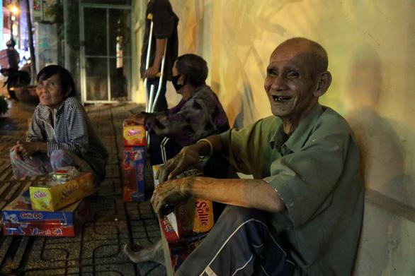 Theo chân bạn trẻ Sài Gòn ngày dọn rác, đêm đi phát quà Trung thu - Ảnh 5.