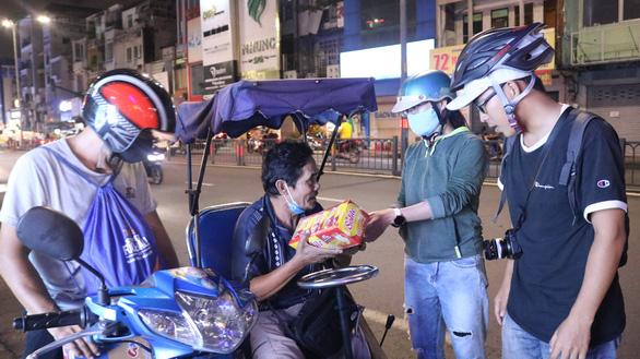 Theo chân bạn trẻ Sài Gòn ngày dọn rác, đêm đi phát quà Trung thu - Ảnh 3.