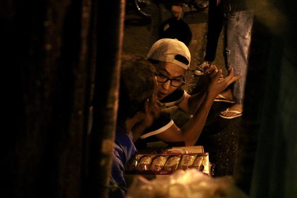 Theo chân bạn trẻ Sài Gòn ngày dọn rác, đêm đi phát quà Trung thu - Ảnh 4.