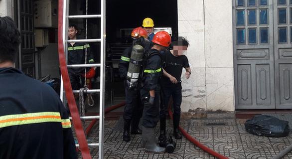 Cháy công ty in vải ở Tân Bình, nhân viên đu dây xuống, 2 người mắc kẹt - Ảnh 3.