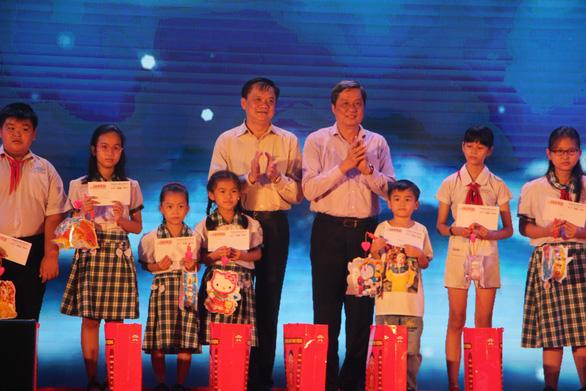 600 phần quà cho trẻ em nghèo TP Cần Thơ vui Tết Trung thu - Ảnh 1.