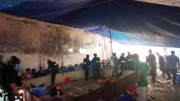 Tạm giữ 39 người liên quan sòng bạc lớn trên đường Võ Văn Kiệt - Ảnh 2.