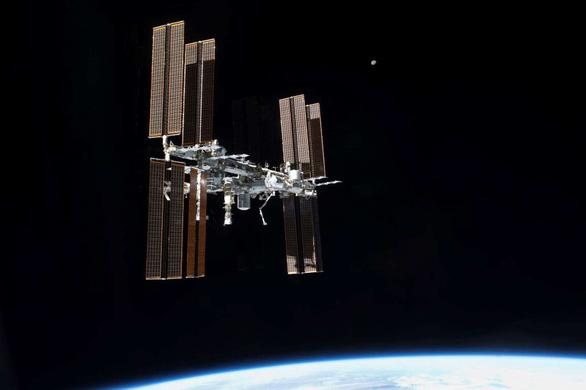 Trạm ISS bị rò rỉ không khí, phi hành gia mất cả đêm tìm chỗ rò - Ảnh 1.