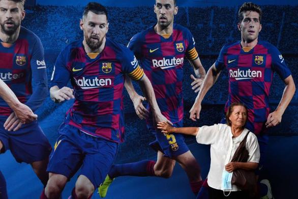 Messi mất lòng người hâm mộ khi quyết định ở lại Barca - Ảnh 1.