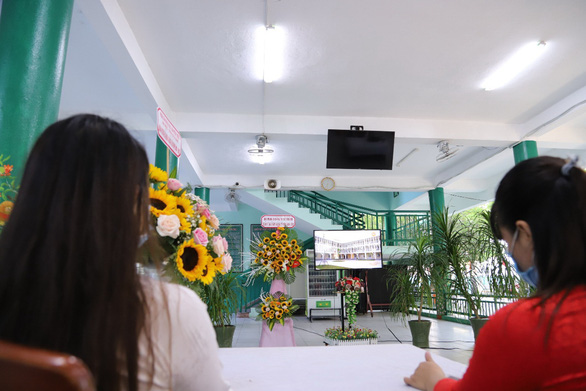 Sẽ nhớ mùa khai giảng đặc biệt: không có phần hội, HS Đà Nẵng xem khai giảng qua tivi  - Ảnh 2.