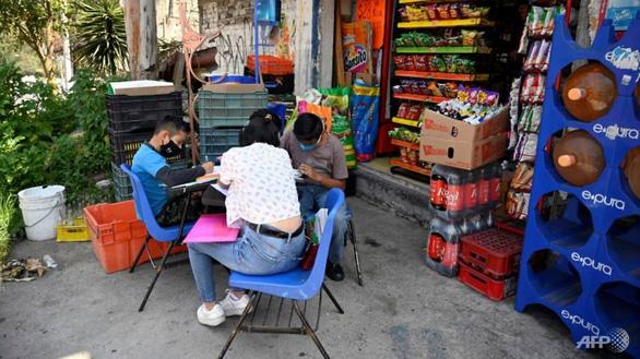 Trường học đường phố giúp trò nghèo học từ xa - Ảnh 1.