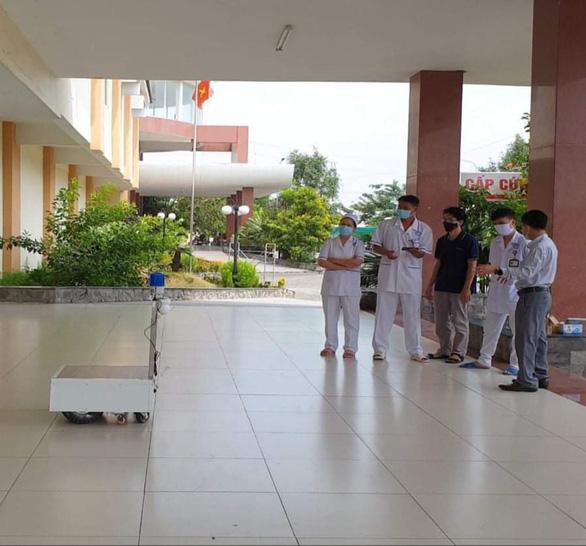 Thầy giáo trẻ chế robot thay người phục vụ khu cách ly điều trị bệnh nhân COVID-19 - Ảnh 2.