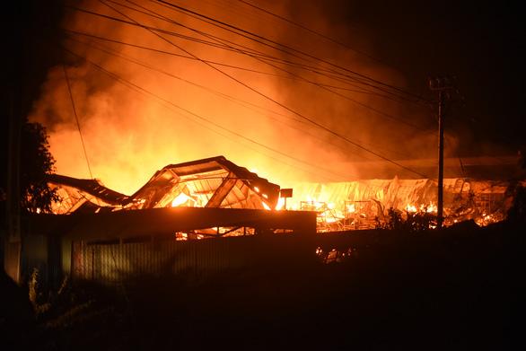 Cháy rất lớn, thiêu rụi hàng ngàn m2 nhà xưởng xí nghiệp đồ gỗ xuất khẩu - Ảnh 2.