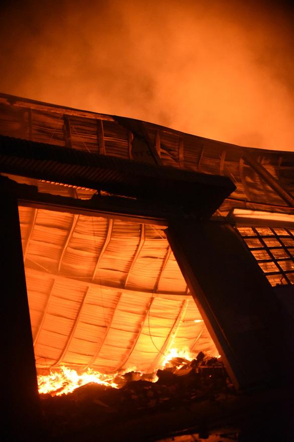 Cháy rất lớn, thiêu rụi hàng ngàn m2 nhà xưởng xí nghiệp đồ gỗ xuất khẩu - Ảnh 6.