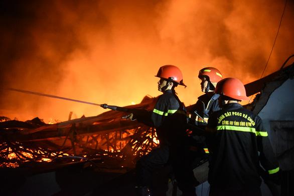 Cháy rất lớn, thiêu rụi hàng ngàn m2 nhà xưởng xí nghiệp đồ gỗ xuất khẩu - Ảnh 4.