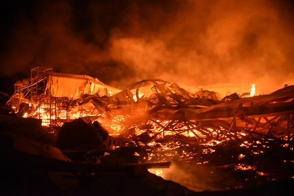 Cháy rất lớn, thiêu rụi hàng ngàn m2 nhà xưởng xí nghiệp đồ gỗ xuất khẩu - Ảnh 3.