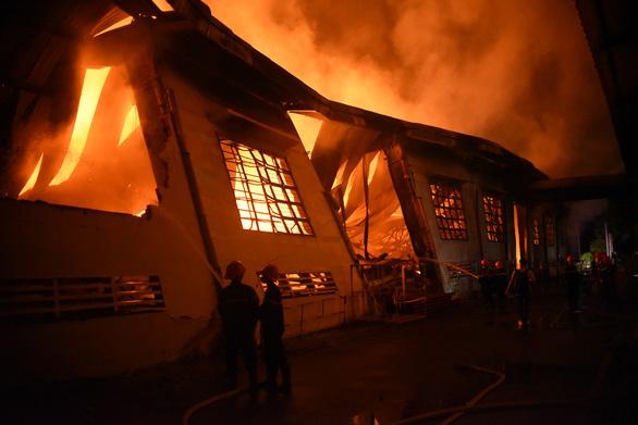 Cháy rất lớn, thiêu rụi hàng ngàn m2 nhà xưởng xí nghiệp đồ gỗ xuất khẩu - Ảnh 5.