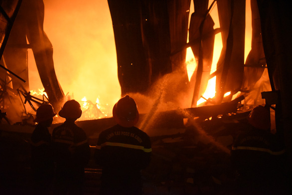 Cháy rất lớn, thiêu rụi hàng ngàn m2 nhà xưởng xí nghiệp đồ gỗ xuất khẩu - Ảnh 9.