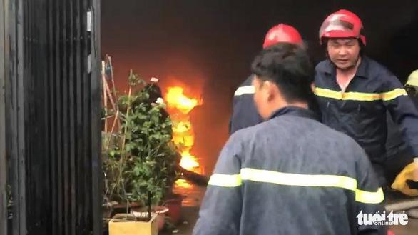 Cháy lớn nhà kho chứa phụ tùng ôtô, nhiều tài sản bị thiêu rụi - Ảnh 2.