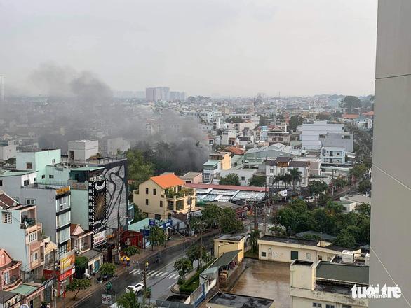 Cháy lớn nhà kho chứa phụ tùng ôtô, nhiều tài sản bị thiêu rụi - Ảnh 3.