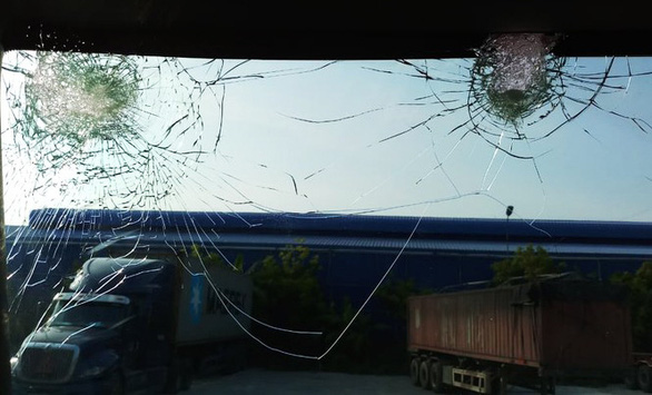 Nhiều xe container đi quốc lộ 5 bị một nhóm người đi xe máy ném vỡ kính - Ảnh 1.