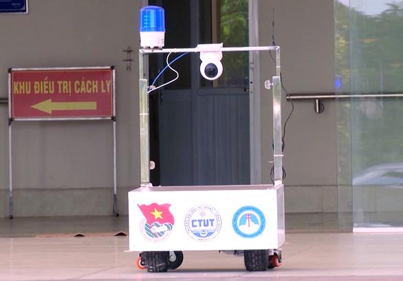 Thầy giáo trẻ chế robot thay người phục vụ khu cách ly điều trị bệnh nhân COVID-19 - Ảnh 3.