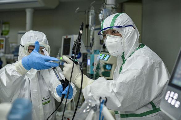 Thụy Sĩ: Virus corona chuyển hướng tấn công người dưới 40 tuổi - Ảnh 1.
