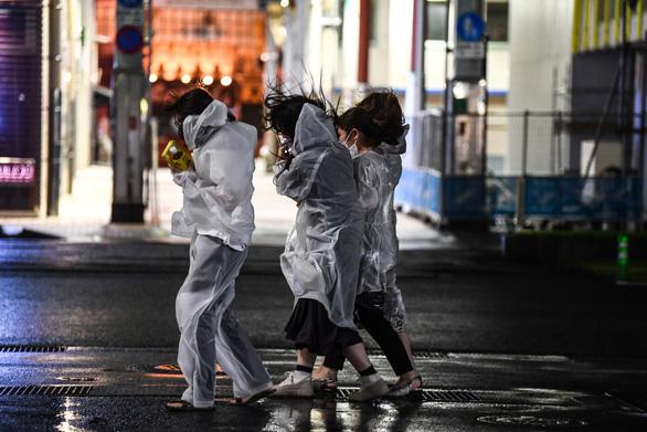 Bão Haishen tấn công Nhật Bản với sức gió có thể lật nhào xe hơi - Ảnh 1.
