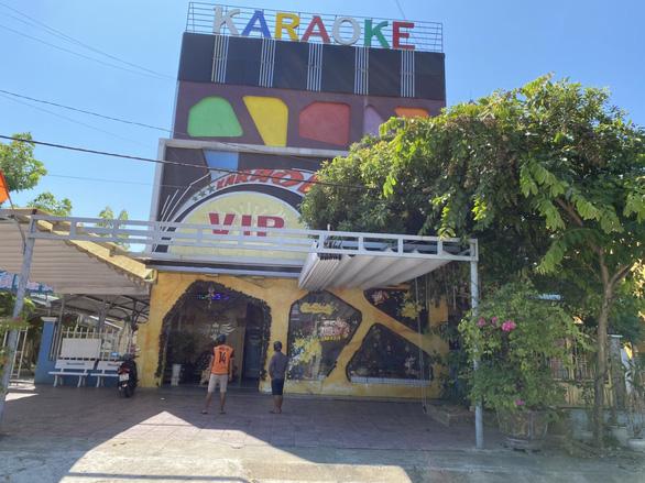 Quảng Nam: Karaoke tất bật mở cửa lại, người bán vé số dạo cười tươi - Ảnh 1.