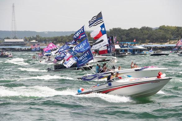 Hàng trăm thuyền quậy đục nước để ủng hộ ông Trump - Ảnh 5.