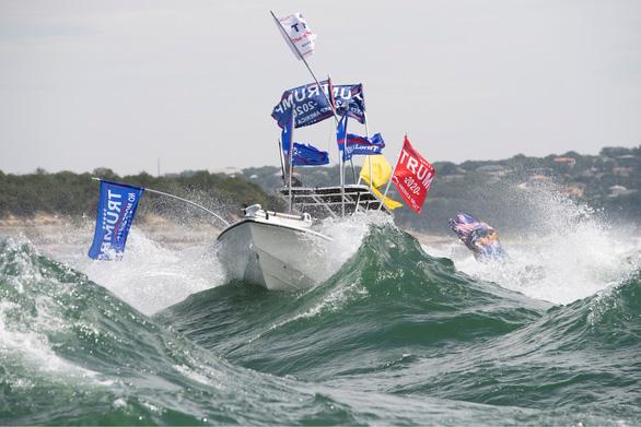 Hàng trăm thuyền quậy đục nước để ủng hộ ông Trump - Ảnh 4.