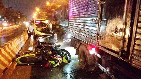 Ôtô 7 chỗ tông nhiều xe dừng chờ đèn đỏ ở quận Bình Tân, TP.HCM - Ảnh 1.