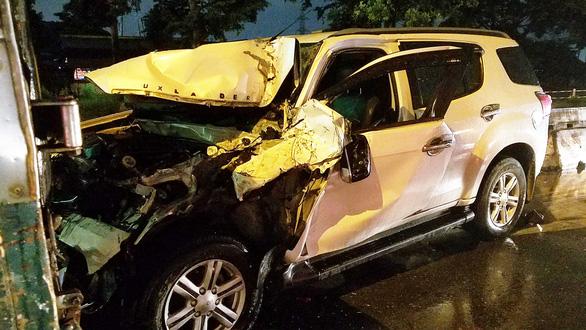 Ôtô 7 chỗ tông nhiều xe dừng chờ đèn đỏ ở quận Bình Tân, TP.HCM - Ảnh 2.