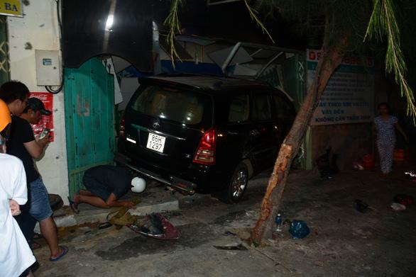 Tài xế say xỉn chạy ôtô tông hàng loạt xe máy, đâm vào nhà dân - Ảnh 1.