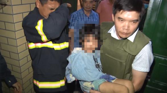 Công an phải đột nhập giải cứu bé gái bị cha và người tình đánh gãy tay - Ảnh 1.